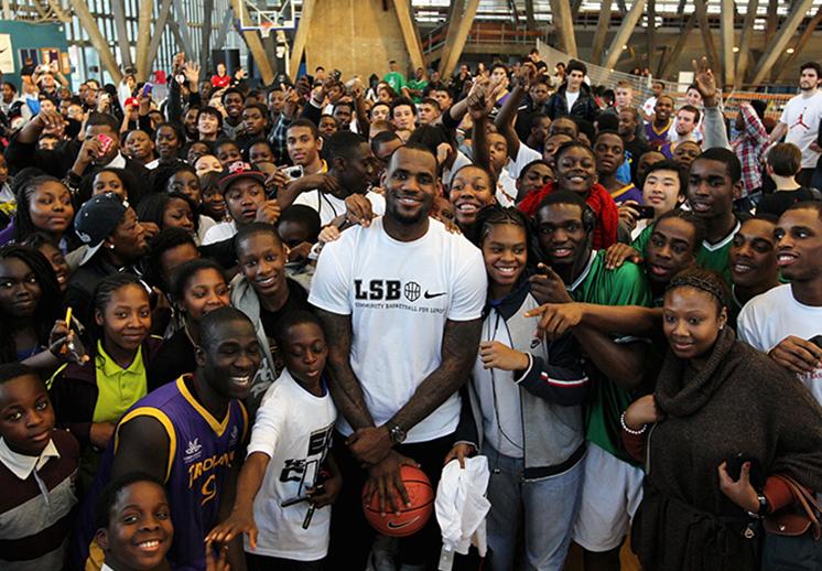 thumbnail. LeBron invitó a 5000 personas a un parque de diversiones