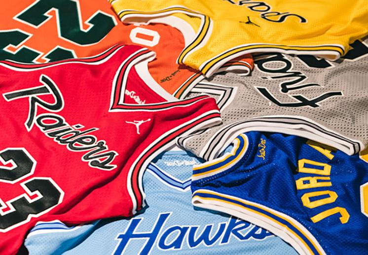 thumbnail. Prepas de Chicago estrenan uniforme inspirado en los Bulls.