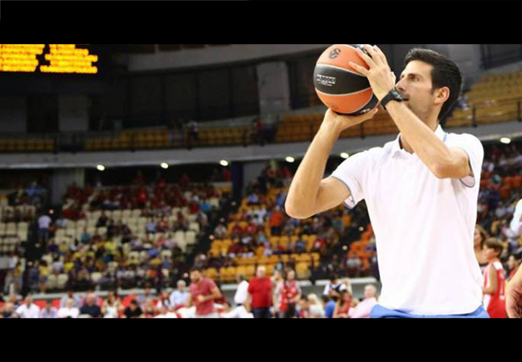Novak Djokovic jugando Basquetbol